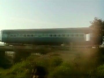 Frame 4.878222 de: El descarrilamiento de un tren de pasajeros deja 25 heridos