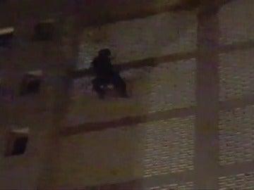 """Frame 11.362973 de: Un """"spiderman"""" escala hasta la planta 15 por la pared de un edificio de Gran Canaria"""