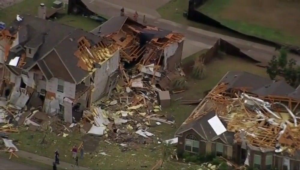 Frame 5.894531 de: Grandes daños materiales tras el paso de dos fuertes tormentas con tornados y granizo