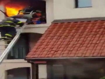 Frame 8.279999 de: Los bomberos rescatan a un anciano de entre las llamas del incendio registrado en su casa.