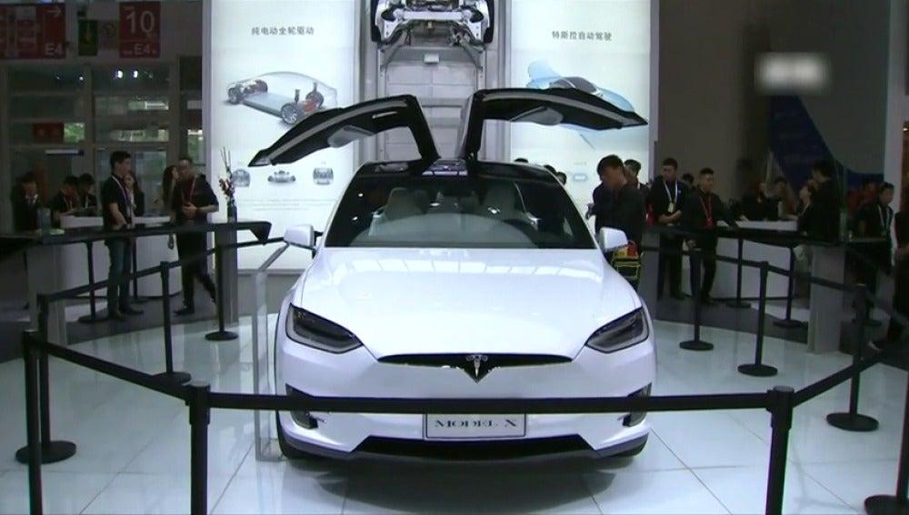 Frame 7.864888 de: Una empresa China adquiere el 5 por ciento del fabricante estadounidense de coches eléctricos Tesla