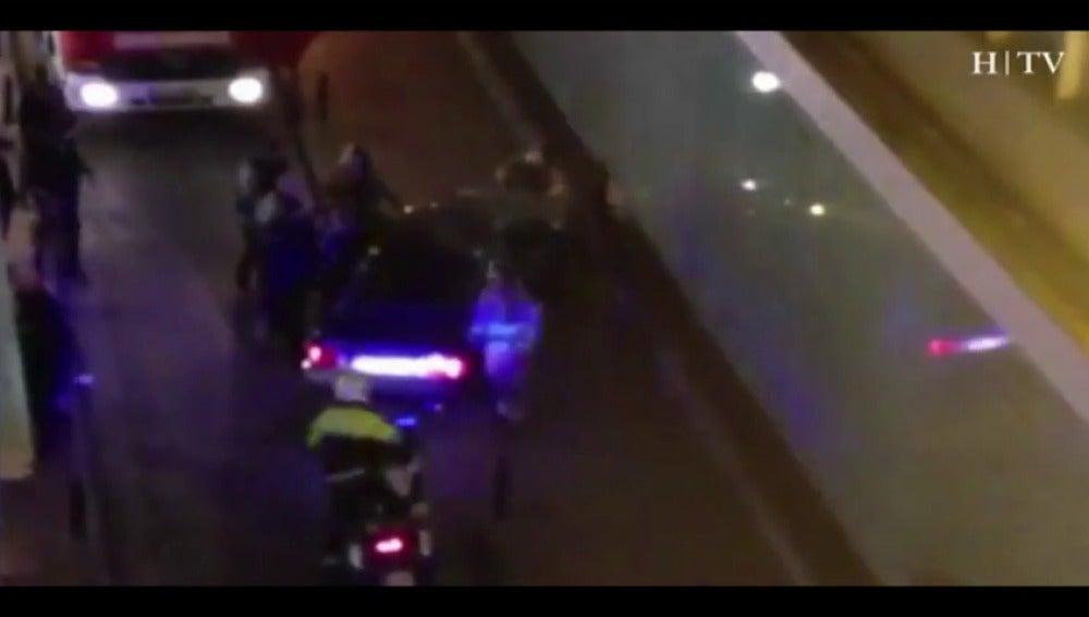 Frame 10.55494 de: Cinco personas heridas al ser atropelladas por un vehículo en Zaragoza