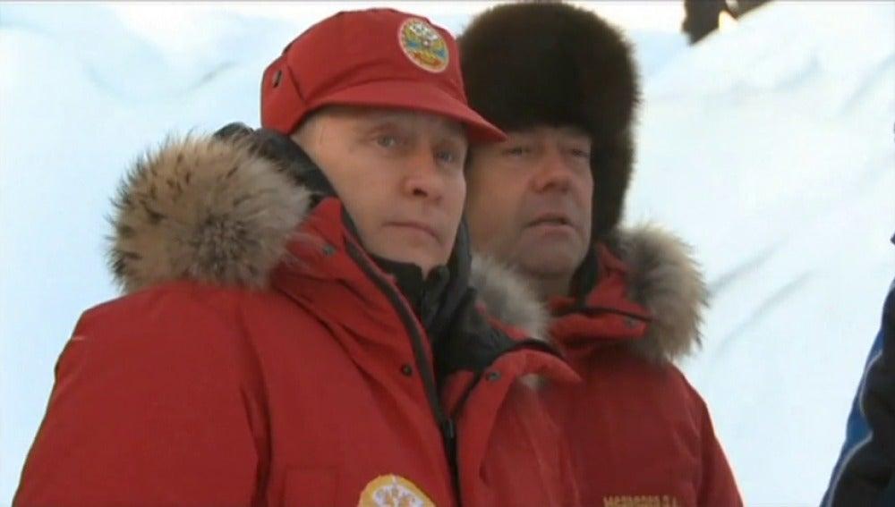 Frame 17.441906 de: Putin inspecciona las tareas de limpieza de residuos en el Ártico