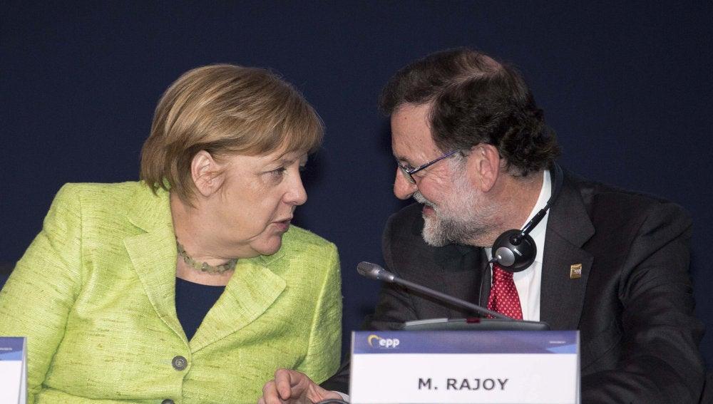 Angela Merkel conversa con Mariano Rajoy