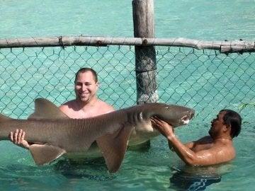 Dos turistas se fotografían con un tiburón