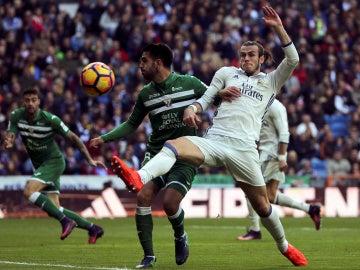 Insúa y Bale disputan el balón durante el Real Madrid - Leganés