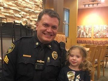 El sargento Steven Dearth junto a Lilly, la niña que cenó con él porque le veía solo en un restaurante