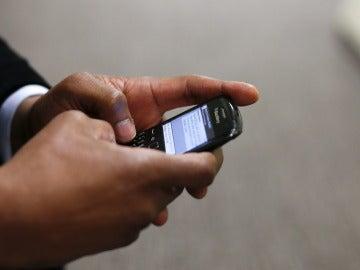 Un hombre utilizando un teléfono móvil