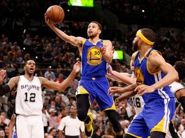 Stephen Curry penetra a canasta ante los San Antonio Spurs