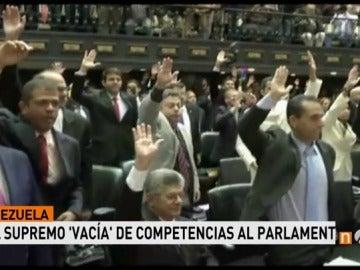"""Frame 16.209902 de: La Asamblea Nacional de Venezuela habla de """"golpe de estado"""" de Maduro al ver anuladas sus competencias"""