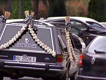 """Frame 59.088755 de: Vende frutas y verduras en un coche fúnebre porque """"están de muerte"""""""