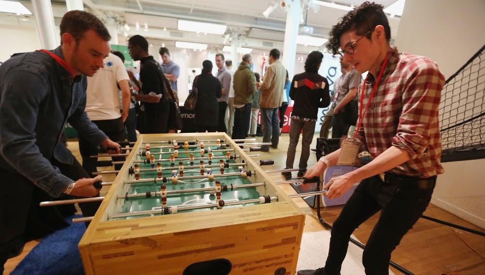 Un grupo de trabajadores jugando al futbolín en la oficina