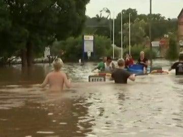 Frame 32.218322 de: Inundaciones tras el ciclón Debbie complican tareas de rescate en Australia
