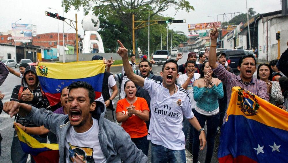 """Varias personas salen a la calle en Venezuela para protestar por el """"golpe de estado"""""""