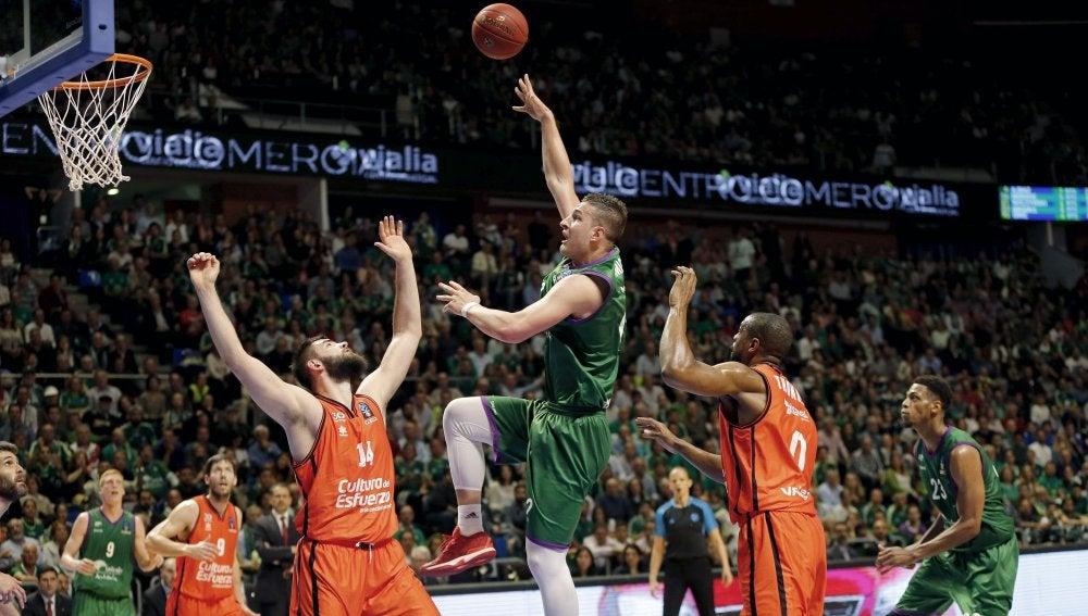 Alen Omic lanza a canasta ante la defensa del Valencia Basket