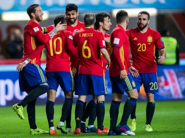 Jugadores de España celebrando un gol