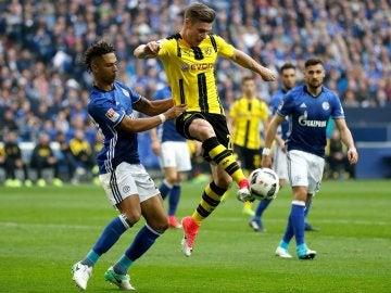 Thilo Kehrer peleando un balón con Lukasz Piszczek