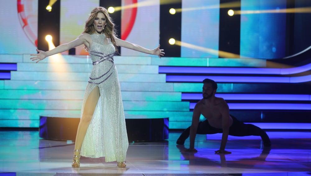 Itziar Camacho, una irreconocible Edurne interpretando 'Amanecer'