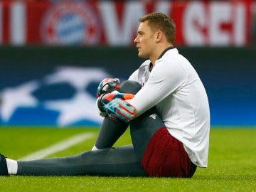 Neuer estira antes de un partido de Champions con el Bayern