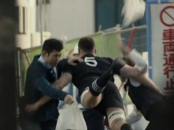 Un miembro de los All Blacks, placando a dos japoneses