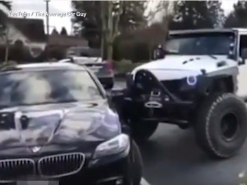 Un Jeep golpea a un BMW mal aparcado hasta dejarlo en su sitio