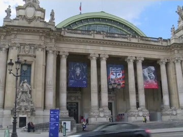 "Frame 19.96472 de: Llamativo robo ""al descuido"" de un saco de joyas en el Grand Palais de París"