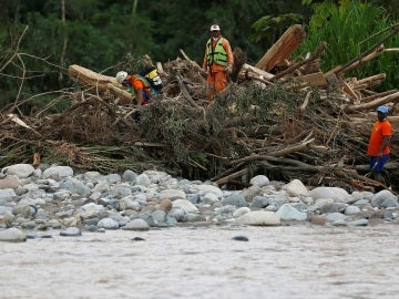 Los servicios de rescate buscan supervivientes en Mocoa