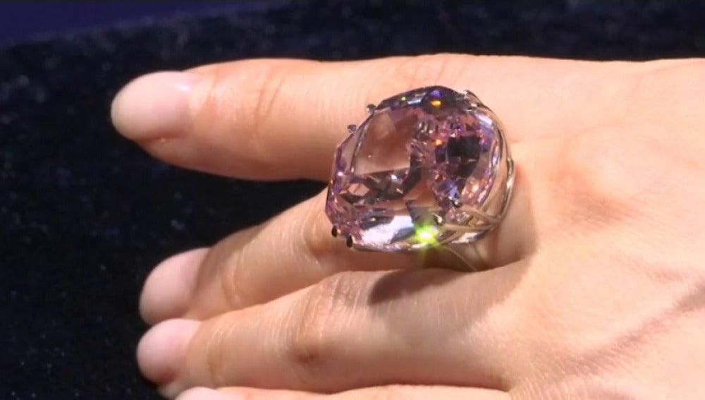 """Frame 1.102281 de: La subasta del """"Pink Star"""", el diamante rosa más grande del mundo, podría batir récords en Sotheby's"""