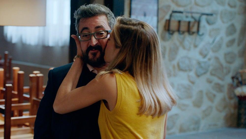 Koldo ayuda a Carmen