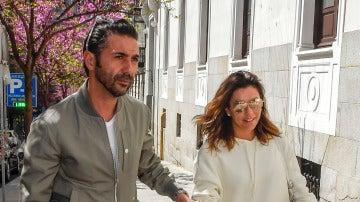 Eva Longoria y su marido Pepe bastón en su llegada a Madrid