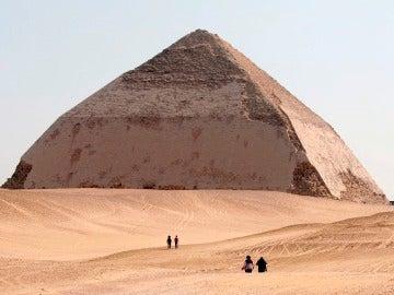 """Imagen de archivo de 2006 de varios turistas junto a la """"Pirámide Bent"""" de 4.500 años de antigüedad en Dahshu"""