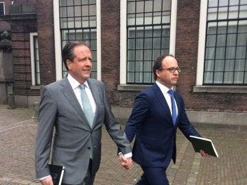 Alexander Pechtold y Wouter Koolmes pasean de la mano