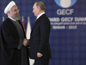 El presidente iraní, Hasán Rohaní (izq), junto a su homólogo ruso, Vladímir Putin