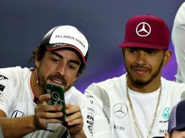 Fernando Alonso y Hamilton, durante una rueda de prensa de la FIA