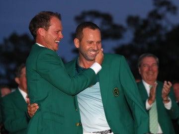 Sergio García es felicitado por Danny Willett tras ganar el Masters de Augusta