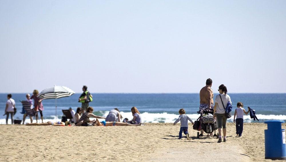 Varios grupos de personas en la playa