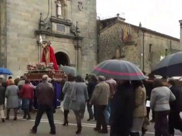 Frame 0.0 de: Una carretera nacional se convierte en un obstáculo insalvable para las procesiones de un pueblo de Zamora
