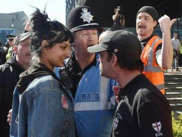 La mujer junto al manifestante de extrema derecha