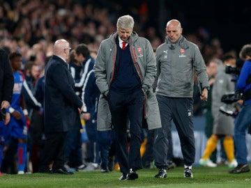 Wenger, cabizbajo tras la humillante derrota ante el Crystal Palace