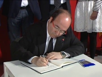 Frame 19.587438 de: Miquel Iceta inaugura el libro de condolencias en memoria de Carme Chacón