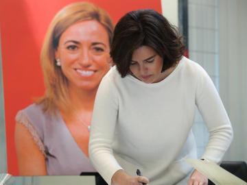 Soraya Sáenz de Santamaría firma en el libro de condolencias colocado en la sede del PSOE donde se ha instalado la capilla ardiente de Carme Chacón