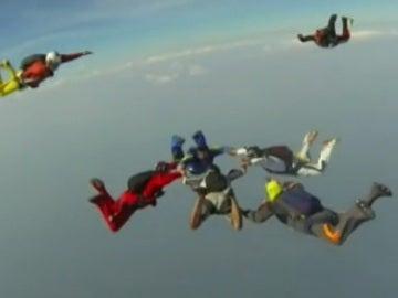Varios paracaidistas en un salto en Panamá