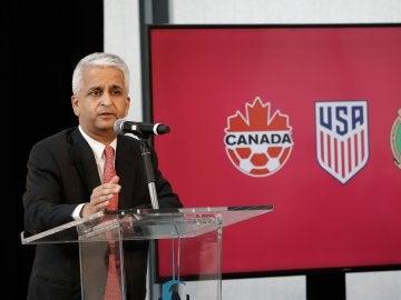 El presidente de la federación de fútbol de EE.UU mostrando la oferta para albergar el Mundial 2026