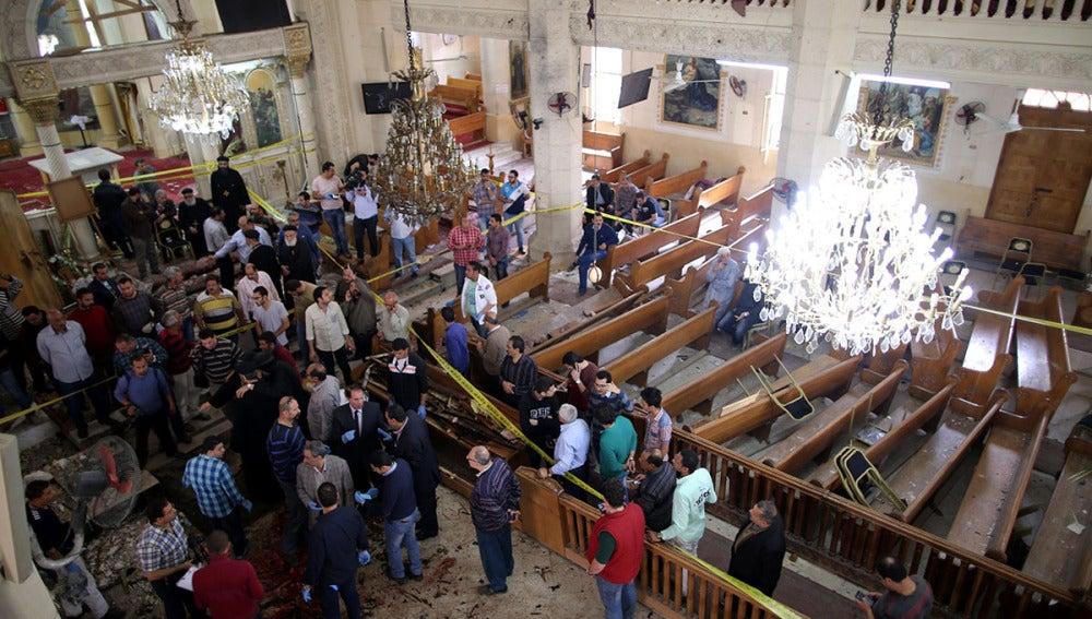 Vista del interior de la iglesia Tanta en Egipto en la que ha explosionado una bomba