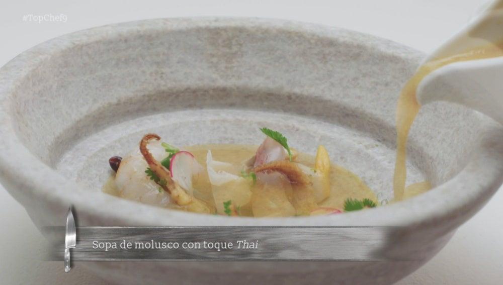 Sopa de moluscos con toques thai