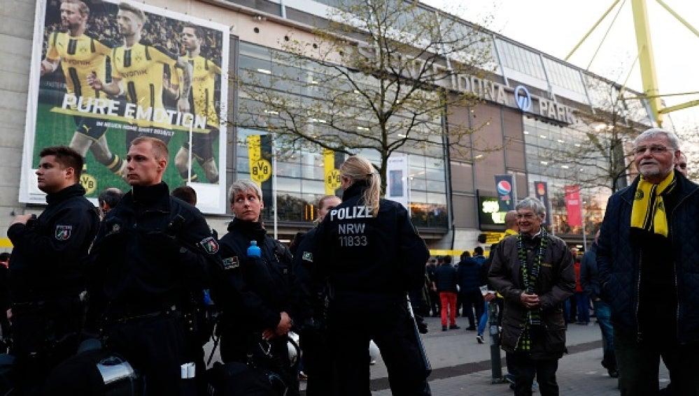 Policías fuera del estadio del Dortmund, en Alemania
