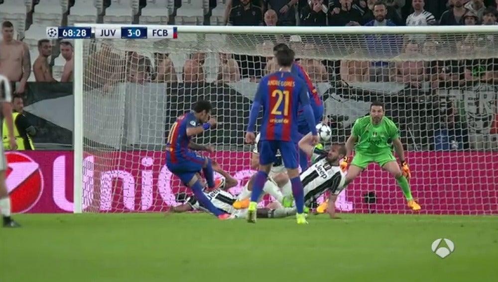 Frame 29.385714 de: El Barcelona pidió penalti en esta polémica acción en el área de la Juve: ¿fue mano de Chiellini?