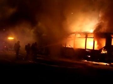 Frame 12.152257 de: Arde un autocar urbano en Palma