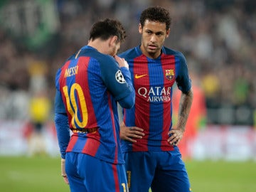 Leo Messi y Neymar cabizbajos