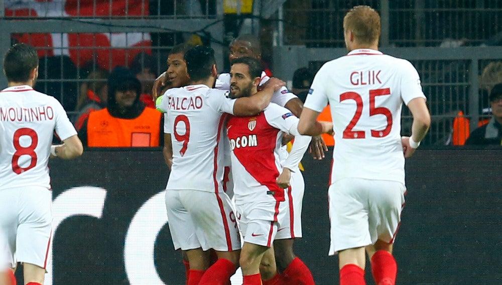 Mbappe y Falcao, abrazados en el choque ante el Dortmund